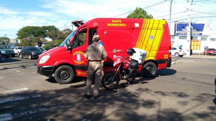 Imagem Homem fica gravemente ferido em acidente de moto com carro no semáforo das avenidas Goiás e América